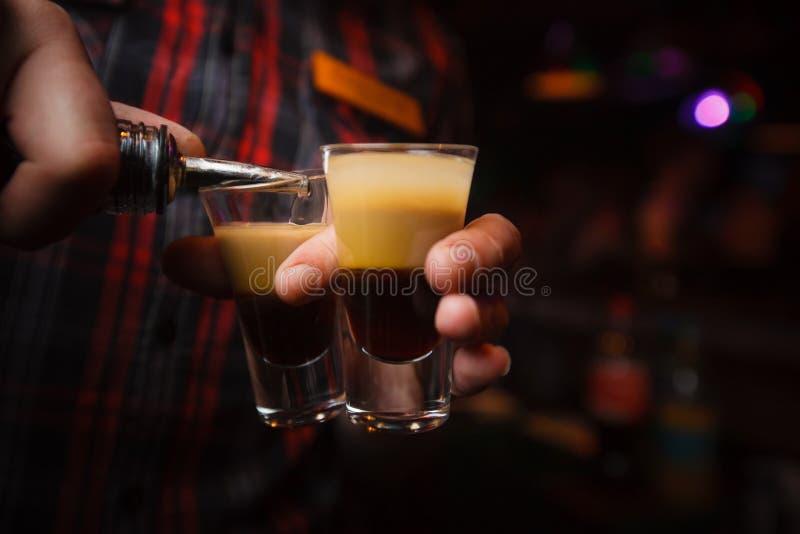 le barman verse un plan rapproché du cocktail b 52 photographie stock