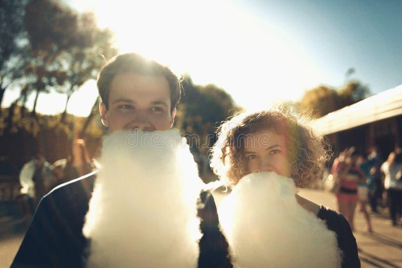 Le barn koppla ihop förälskat med sockervadden i nöjesfält Tappningfilterfoto royaltyfria foton