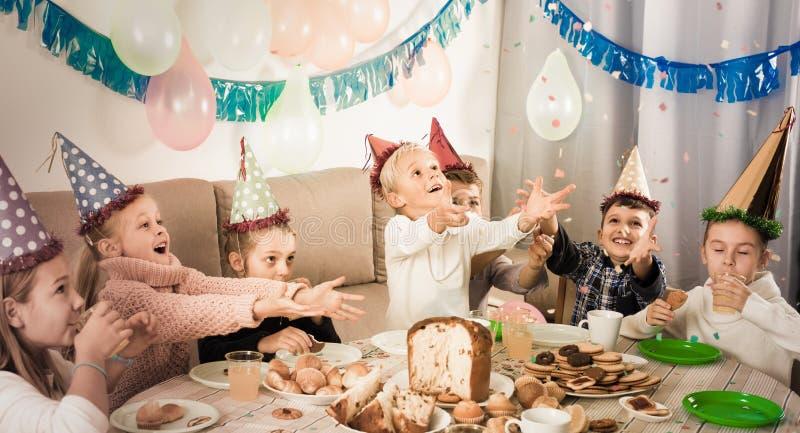 Le barn som har en bra tid på ett födelsedagparti fotografering för bildbyråer