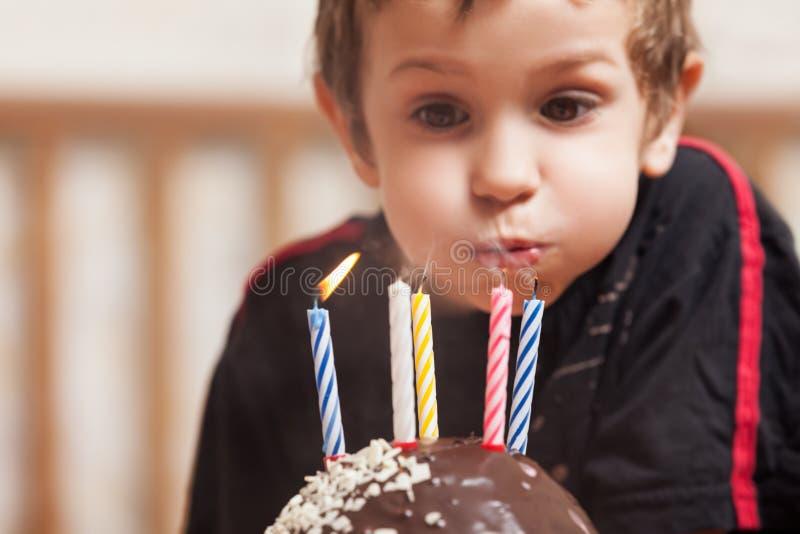 Le barnet med stearinljuset för födelsedagkaka arkivfoton