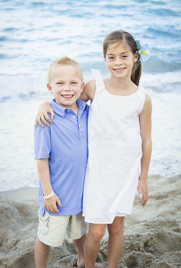 Le barnståenden på stranden royaltyfri bild