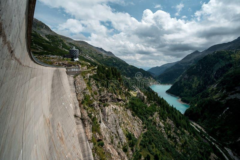 Le barrage énorme dans le Maltatal autrichien avec des montagnes, rivière et voient photos libres de droits