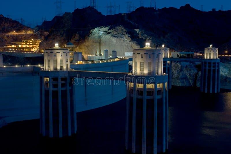 Le barrage de Hoover et ses tours illuminent sous un ciel nocturne photos libres de droits