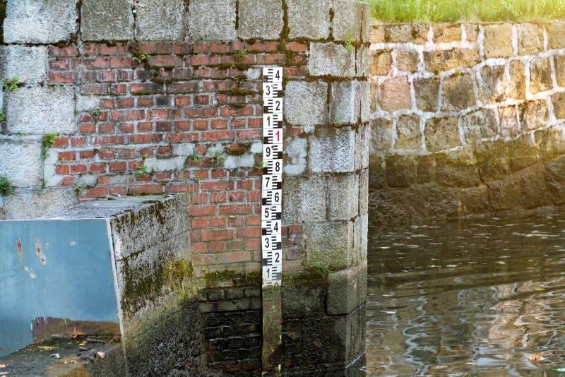 Le barrage sur le lac, le niveau d'eau dans le lac Contrôle du niveau d'eau pour éviter des accidents images libres de droits