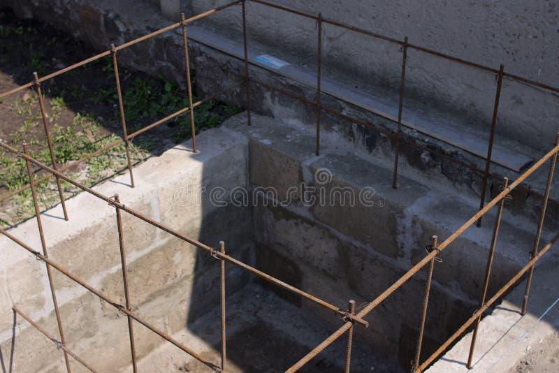 Le barre del tondo per cemento armato, hanno legato il cavo di montaggio immagini stock libere da diritti