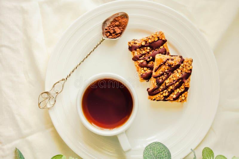 Le barre di Granola agglutinano, spuntino casalingo sano, barre di Superfood con il mirtillo rosso, semi di zucca, avena, Chia e  fotografia stock libera da diritti