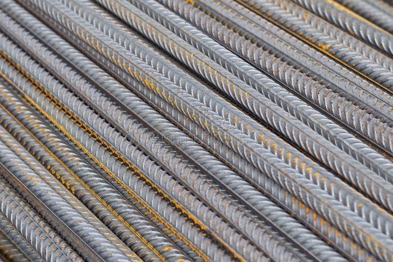 Le barre di rinforzo con un profilo periodico nei pacchetti sono immagazzinate nel magazzino dei prodotti metallici immagini stock