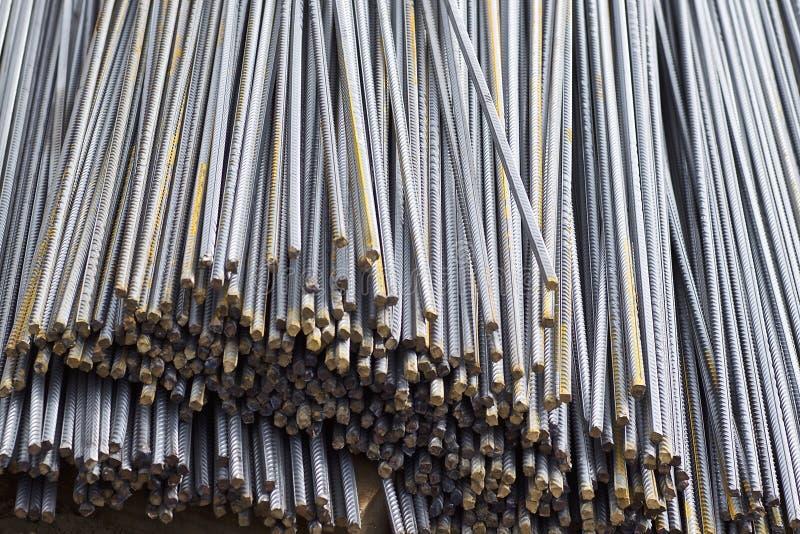 Le barre di rinforzo con un profilo periodico nei pacchetti sono immagazzinate nel magazzino dei prodotti metallici immagine stock