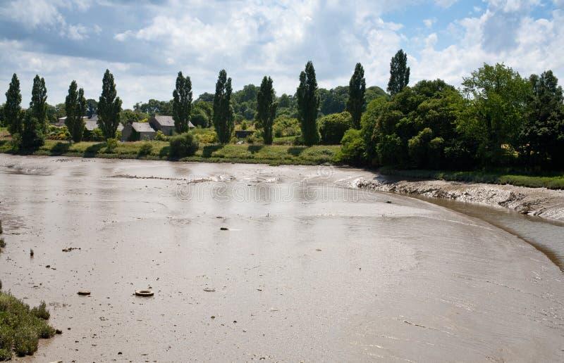 Le bas et le côté gluants de fleuve après l'eau noient image libre de droits