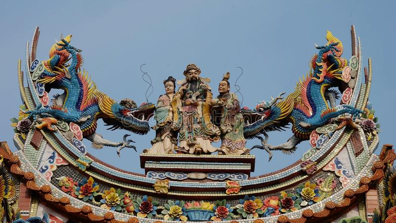 Le bas-relief de style chinois du dragon et les dieux dans un temple chinois et ont un certain espace pour écrivent des mots images stock