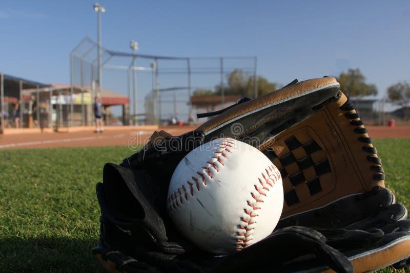 Le base-ball avec le gant dans le terrain extérieur images stock