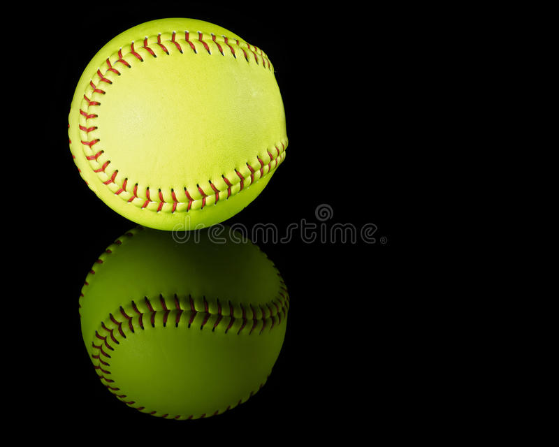 Le base-ball sur le fond réfléchi noir image libre de droits