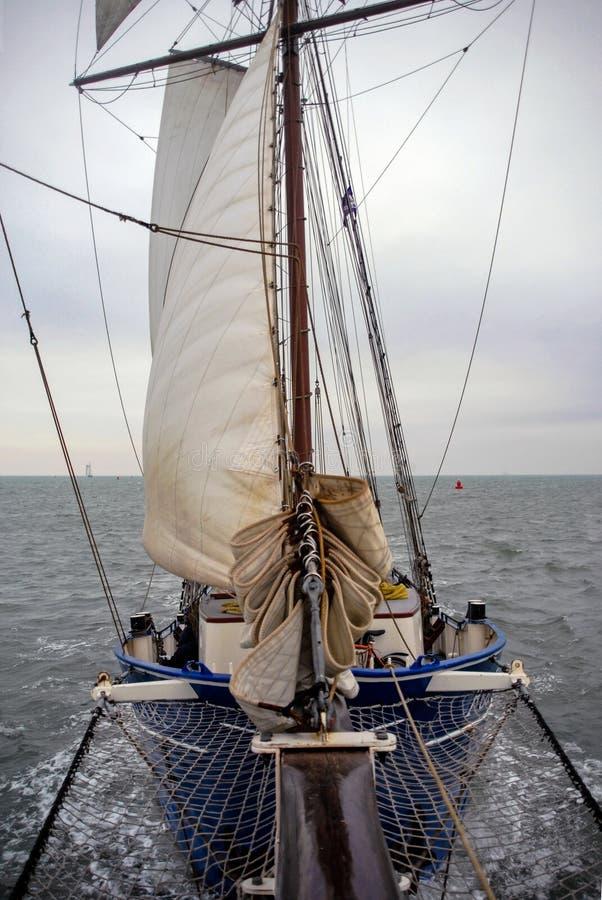 Le bateau à voile sur la mer du nord navigue la vue de face de tempête de l'eau de vent photographie stock libre de droits