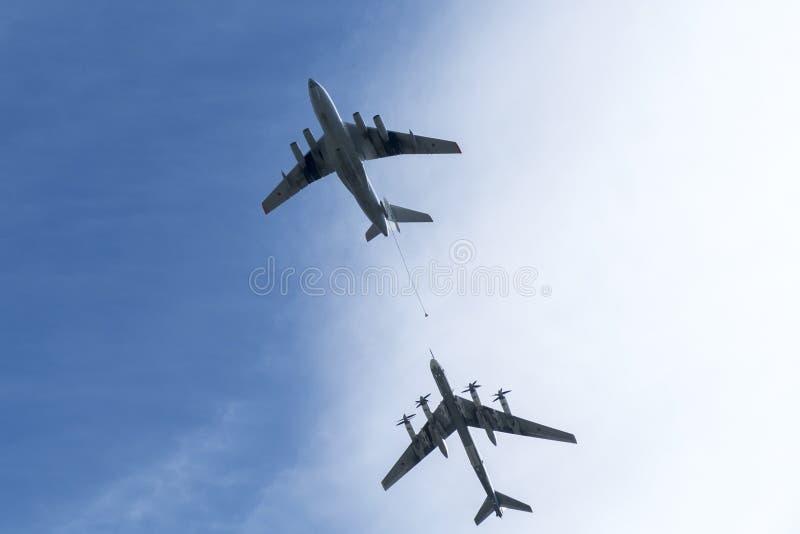 Le bateau-citerne d'air Ilyushin IL-78 et le ` stratégique du bombardier Tu-95 soutiennent le ` photo stock