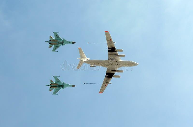 Le bateau-citerne Ilyushin Il-78 d'avions et chasseurs-bombardiers universels russes Sukhoi Su-34 (arrière) I photos libres de droits