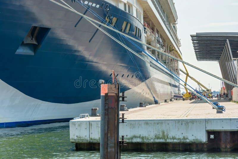 Le bateau de croisière énorme est préparé au port de Rostock pour davantage de voyage image stock