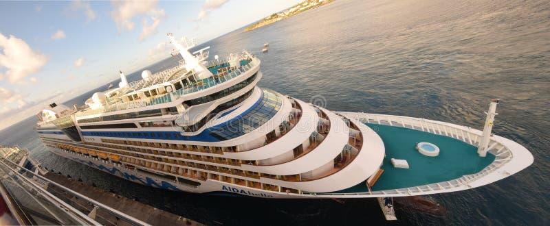 Le bateau de croisière d'Aidabella arrive à Basseterre images stock