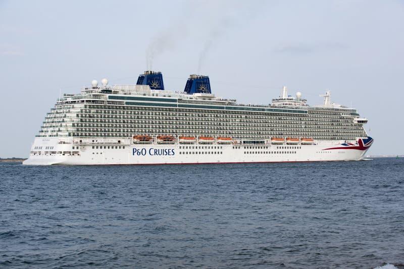 Le bateau de croisière de Britannia en cours sur Southampton R-U images stock