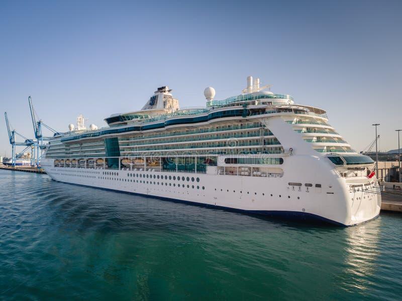 Le bateau de croisière de luxe s'est accouplé au port de Civitavecchia, la plupart d'importation photographie stock