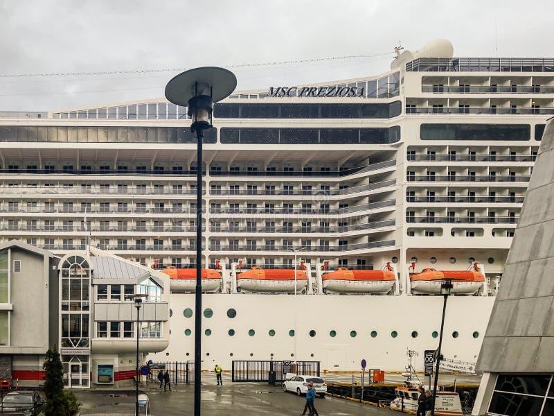 Le bateau de croisière MSC Preziosa sur le fjord de Molde images libres de droits