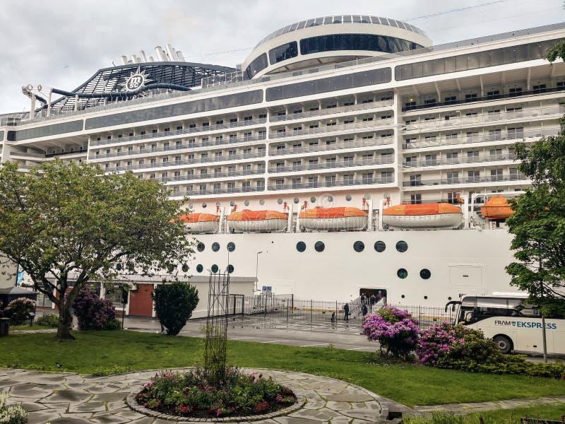 Le bateau de croisière MSC Preziosa sur le fjord de Molde image stock