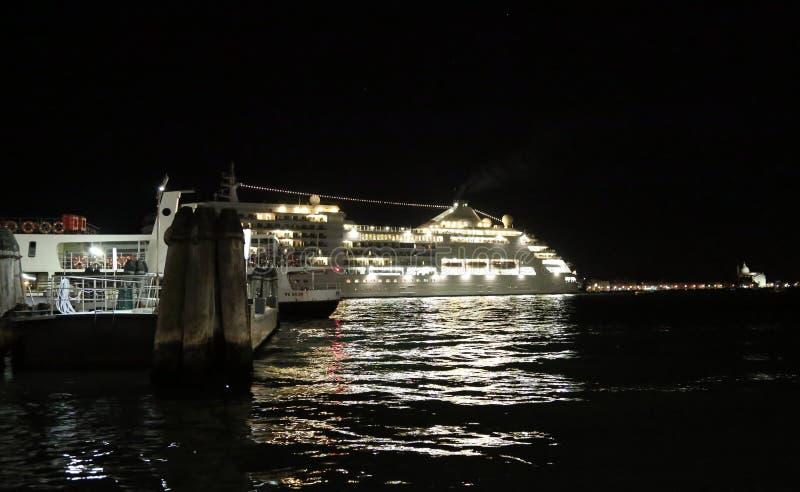 Le bateau de croisière part de Venise photographie stock