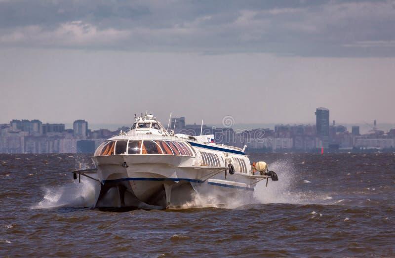 Le bateau de jet voyage par l'eau baltique onduleuse à Peterhof images stock