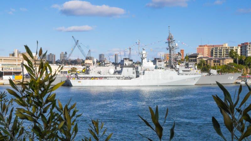 Le bateau de la Marine thaïlandais royal de HTMS Krabi OPV 551 et le destroyer japonais de JS Makinami s'accouplent dans le port  image libre de droits