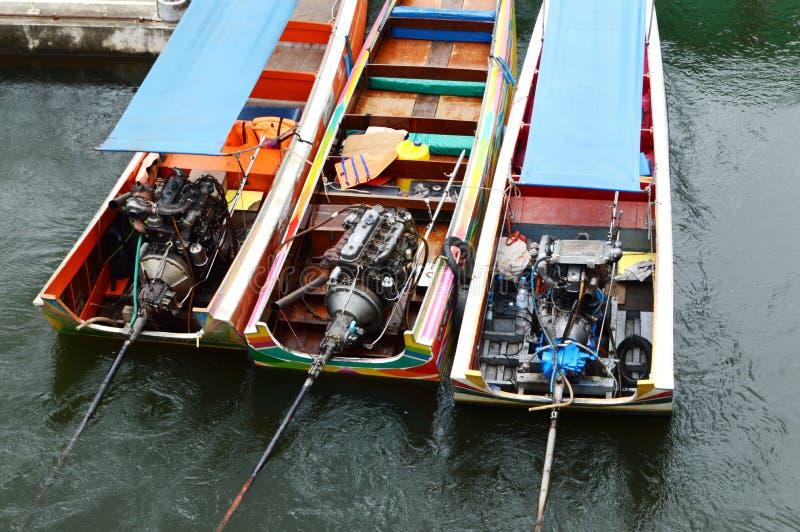 Le bateau de longue queue du ` s de la Thaïlande roule au sol des moteurs images libres de droits