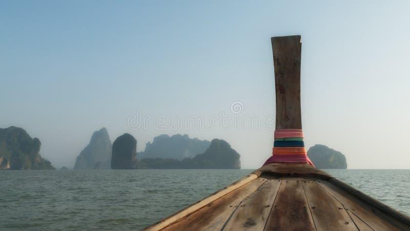 Le bateau de longue queue prennent un voyage en mer images stock
