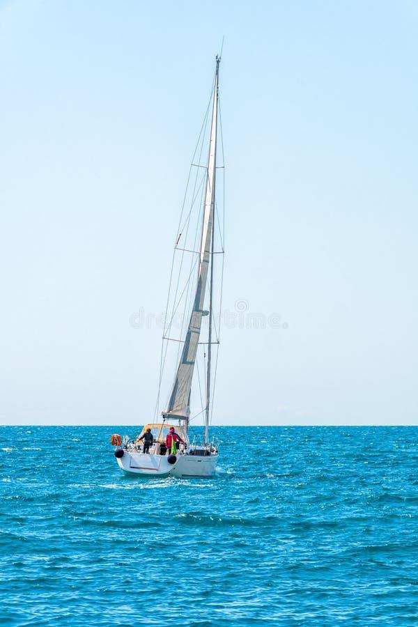 Le bateau de navigation fait de la navigation de plaisance avec les voiles blanches en mer ouverte Bateaux de luxe photos stock