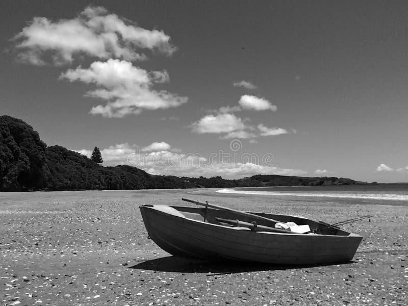 Le bateau de pêche sur une plage sablonneuse pendant des vacances d'été vacation photos libres de droits