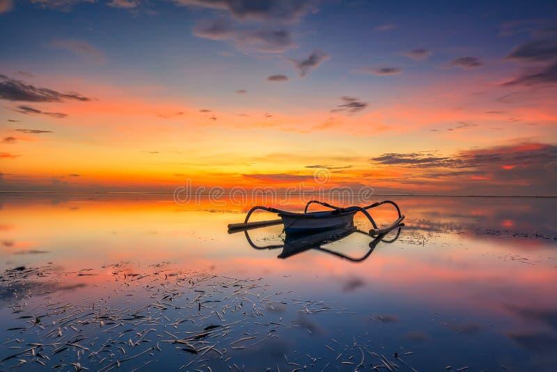 Le bateau de pêcheur images stock