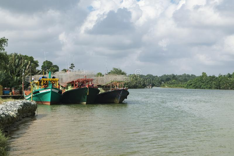 Le bateau de pêcheur a amarré au port situé dans Terengganu, Malaisie photos stock