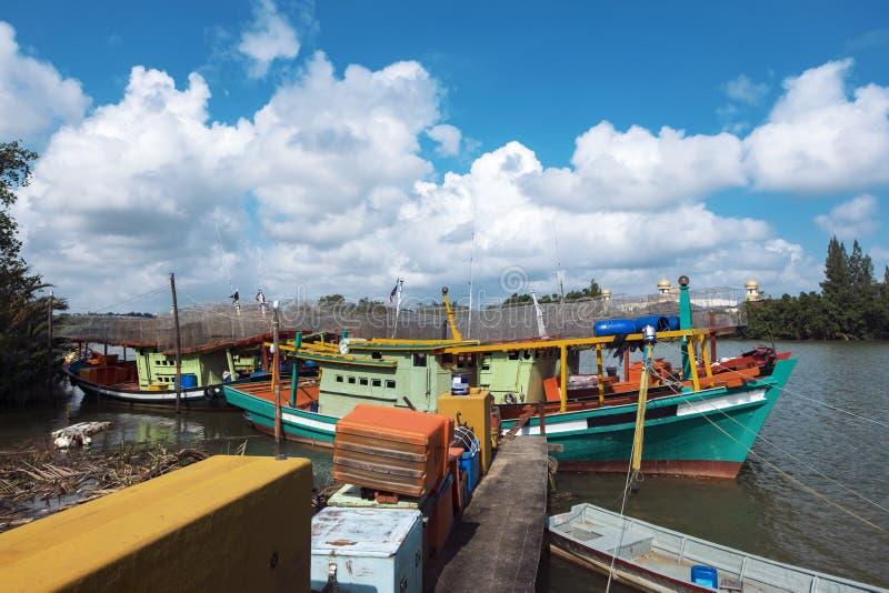 Le bateau de pêcheur a amarré au port situé dans Terengganu, Malaisie images stock