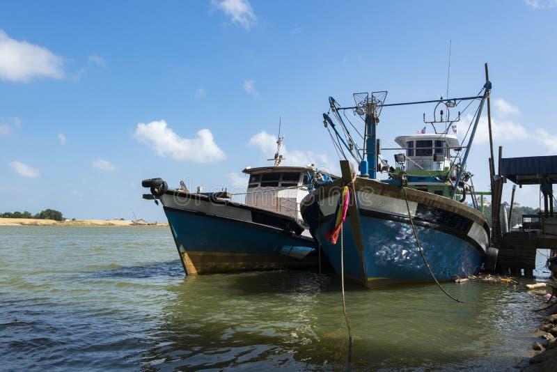 Le bateau de pêcheur a amarré au port situé dans Terengganu, Malaisie photo stock