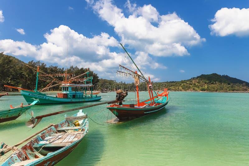 Le bateau de pêcheur s'est garé à la plage de Nai Pan Yai de lanière, à la plage de paradis, de Malibu ou de bouteille dans Chalo photo stock