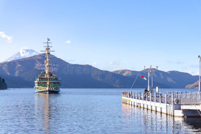 Le bateau de pirate d'imitation très célèbre grand de Vasa de bateau navigue dans le lac Ashi ou le lac Hakone, Japon photographie stock