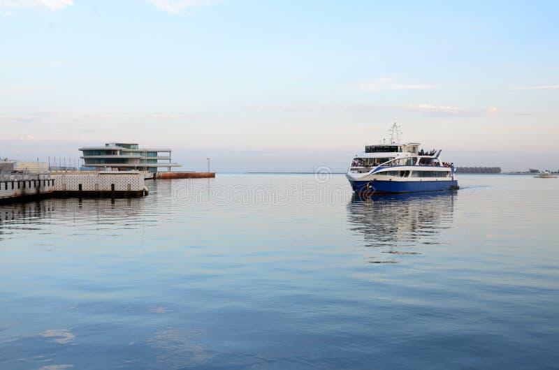 Le bateau de plaisir approche le pilier sur Baku Boulevard photo stock