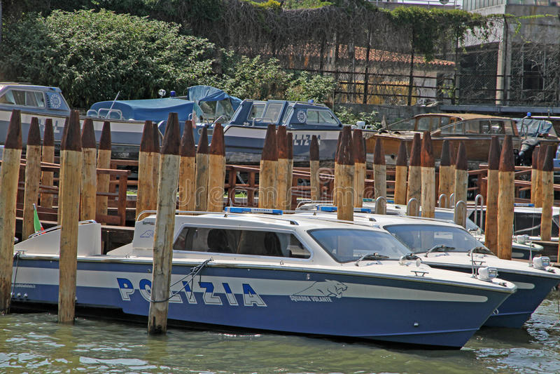 Le bateau de police a amarré au commissariat de police de port images libres de droits