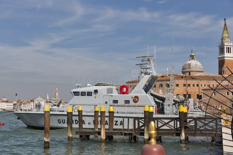 Le bateau de police financier a amarré dans la lagune de Venise, île de Guidecca, Italie photos stock