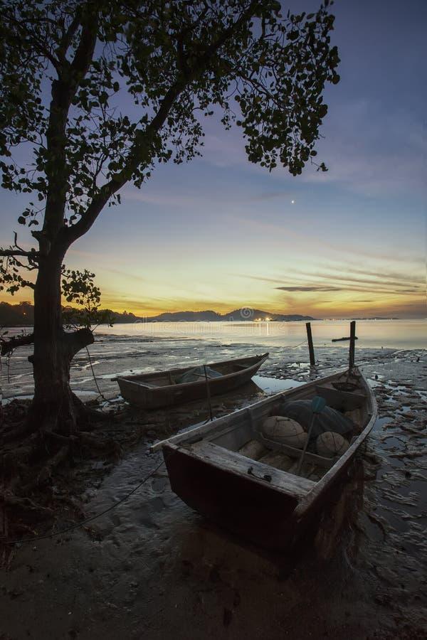 Le bateau de repos pendant la marée basse au port Dickson échouent photographie stock libre de droits