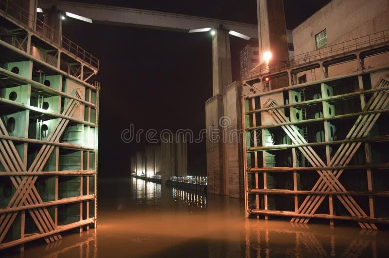 Le bateau de Three Gorge Dam verrouille le fleuve de Yang Tsé Kiang de nuit image libre de droits