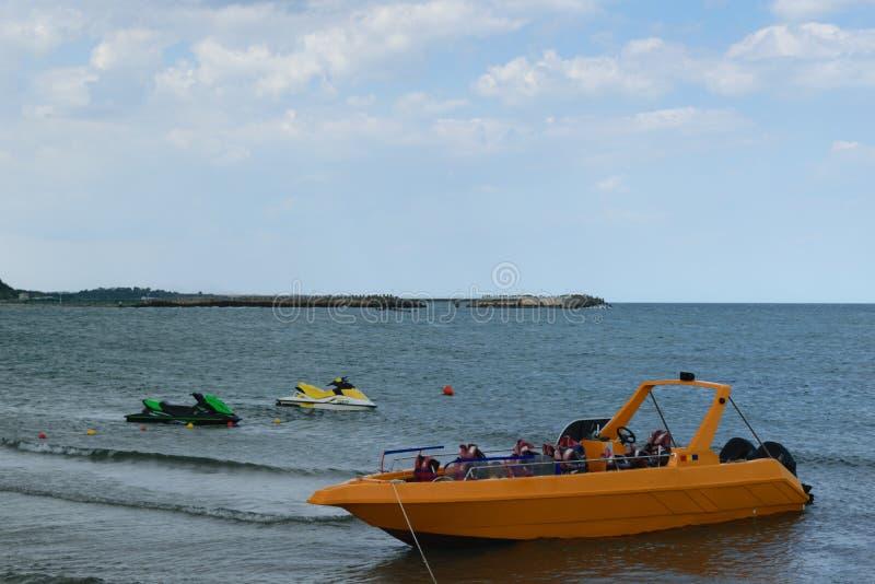 Le bateau de touristes de sport jaune de puissance, jet skie chez la Mer Noire images stock