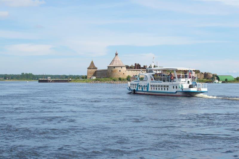 Le bateau de touristes flotte sur la rivière de Neva à la forteresse russe antique Oreshek, Russie images libres de droits