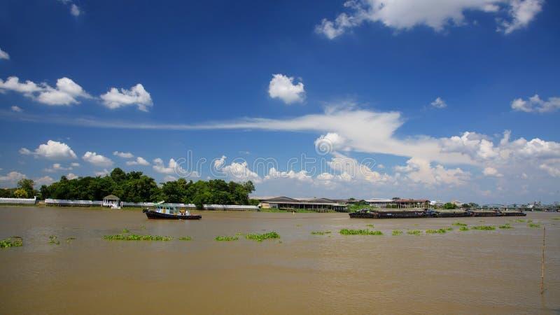 Le bateau de traction subite traîne la péniche de cargaison, Thaïlande photographie stock