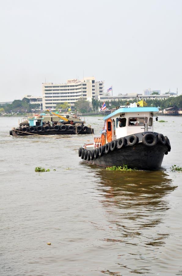 Le bateau de traction subite traîne la péniche de sable sur le fleuve Chao Phraya, Bangkok images libres de droits