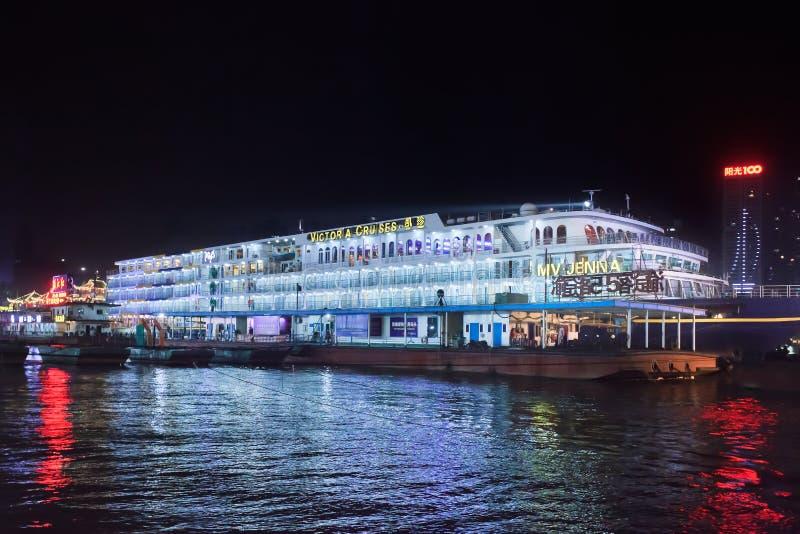Le bateau de Victoria Cruise a amarré la nuit, Chongqing, Chine photos libres de droits