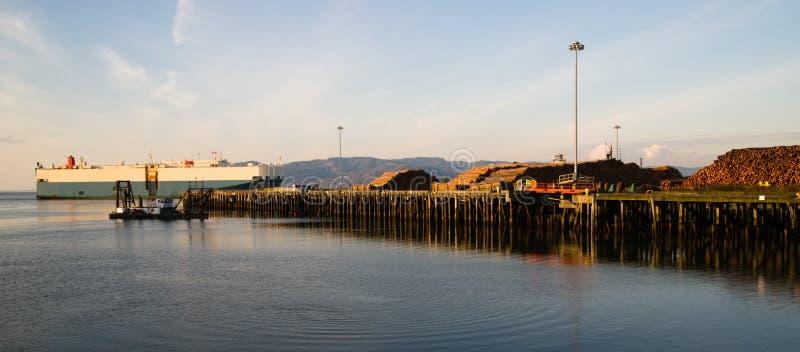 Le bateau du fleuve Columbia de voie de navigation passe le pilier de rondin images stock