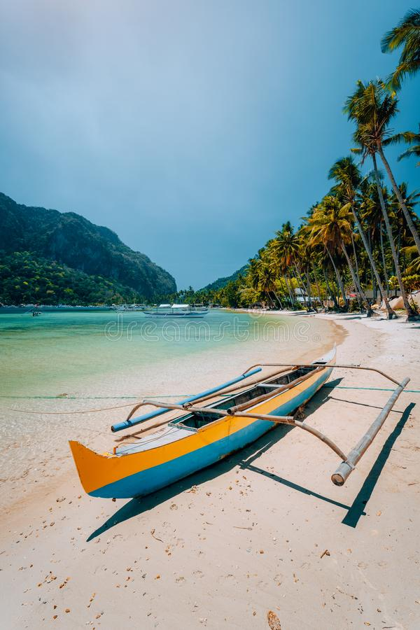 Le bateau en bois traditionnel de banca sur de belles cabanes de Las échouent Vacances d'été, voyage d'île en île, EL Nido, magie images libres de droits